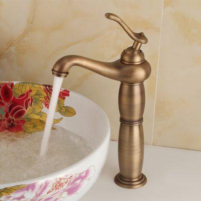 Vòi lavabo đồng thau và chậu lavabo sứ mỹ thuật là sự gắn kết hoàn hỏa trong không gian phòng tắm. Nhất là đối với những gia chủ thích sự độc đáo, mới lạ và sang trọng