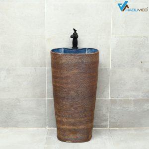 Đôn chậu sứ mỹ thuật có hình dáng đặc biệt cùng màu sắc tự nhiên đem lại cảm giác sang trọng và gây ấn tượng mạnh cho phòng tắm tân cổ điển.
