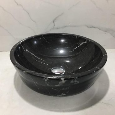 Chậu đá tự nhiên TN003 với màu đen chân thực, cuốn hút kết hợp với những đường vân đá độc đáo cùng những sọc trắng tạo điểm nổi bật hơn cho thiết bị vệ sinh
