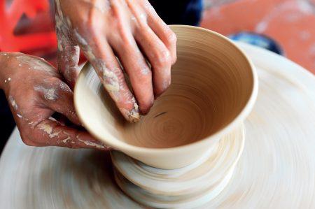 Nhiều địa phương có thể sản xuất chậu lavabo sứ mỹ thuật, tuy nhiên không phải ở đâu cũng có thể tạo ra được thiết bị vệ sinh chất lượng, san trọng, đẳng cấp