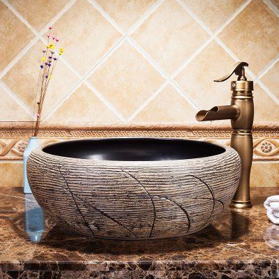 Chậu lavabo sứ mỹ thuật sẽ trở nên đẹp hơn rất nhiều nếu gia chủ biết cách phối hợp nó với thiết bị vế sinh khác sẽ tăng thêm vẻ sang trọng, đẳng cấp của không gian phòng tắm