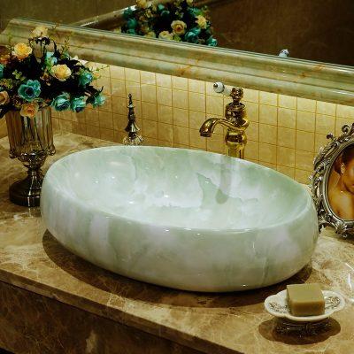 Chậu lavabo sứ mỹ thuật elip với thiết kế độc đáo cho những không gian rộng, tạo nét ấn tượng lớn cho phòng tắm tân cổ điển.